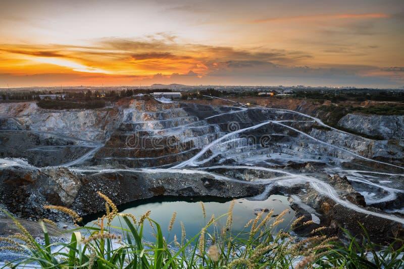Pedreira da mineração Opencast com a opinião aérea da luz solar bonita e de céu nebuloso industrial foto de stock royalty free