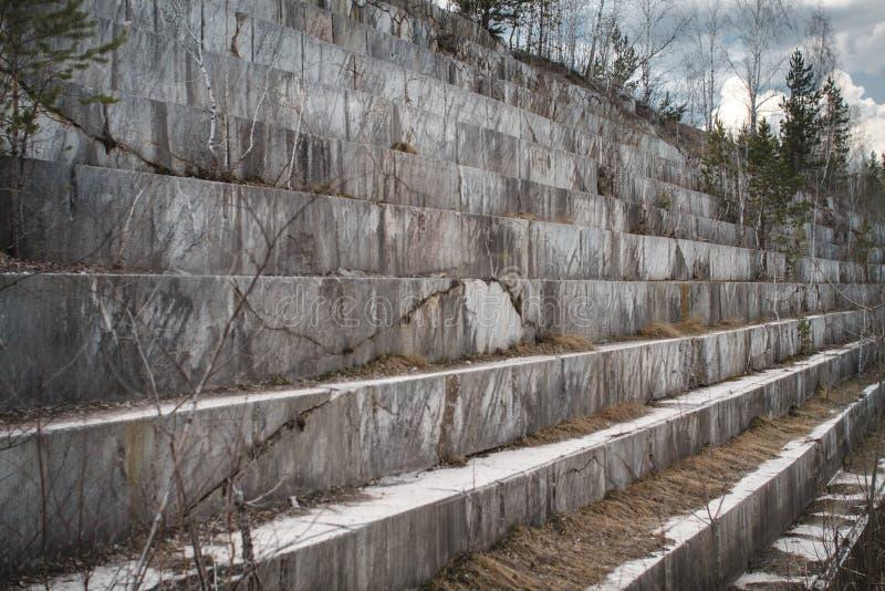 Pedreira de mármore abandonada em Sibéria Extra??o dos minerais imagem de stock