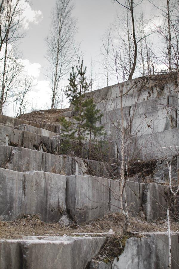 Pedreira de mármore abandonada em Sibéria Extra??o dos minerais fotos de stock