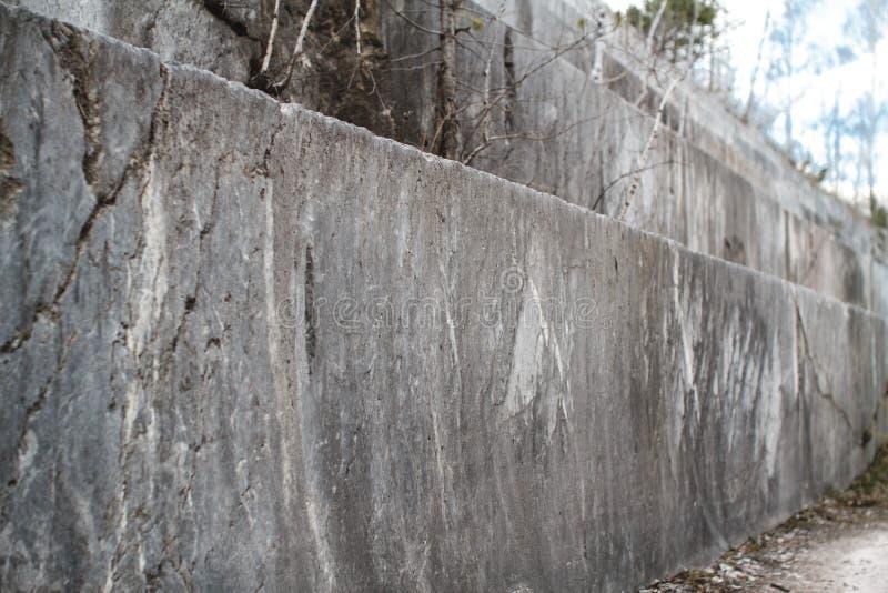 Pedreira de mármore abandonada em Sibéria Extra??o dos minerais foto de stock royalty free