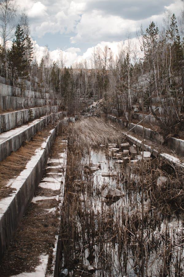 Pedreira de mármore abandonada em Sibéria Extra??o dos minerais fotos de stock royalty free