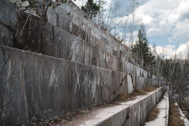 Pedreira de mármore abandonada em Sibéria Extra??o dos minerais fotografia de stock