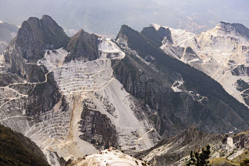 Pedreira de mármore nos cumes de Apuan imagens de stock royalty free
