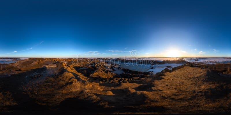 Pedreira dos montes da argila em um panorama esf?rico de 360 graus do por do sol do ramo na proje??o equirectangular fotos de stock royalty free