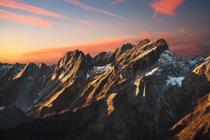 Pedreira nevado do montanha do alpi de Apuane e a de mármore no por do sol no winte fotografia de stock