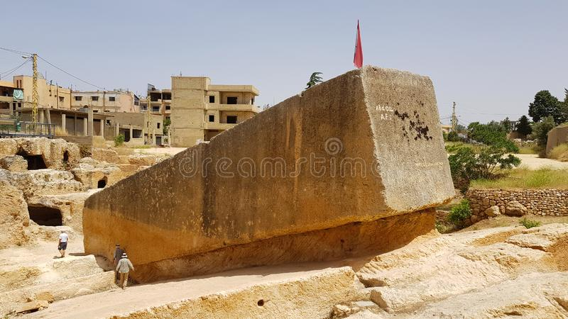 Pedreira romana antiga com um monólito romano inacabado em Baalbek, Líbano foto de stock royalty free