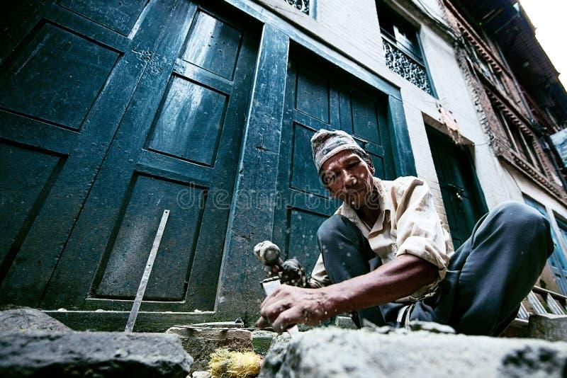 Pedreiro em Bhaktapur fotografia de stock royalty free