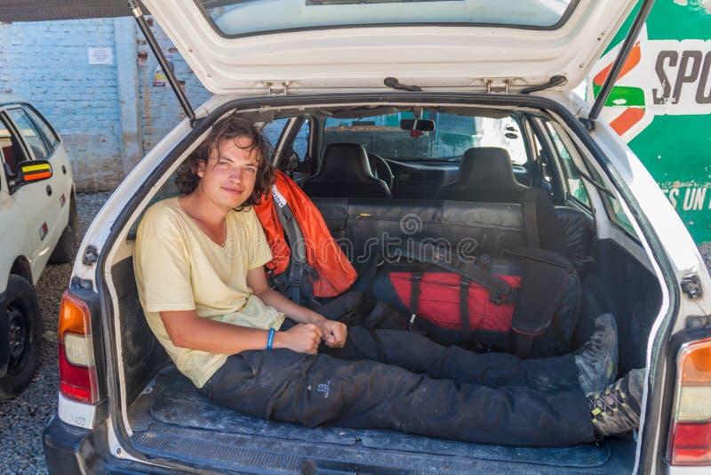 PEDRO RUIZ, PERU - JUNI 14, 2015: Toerist die in een boomstam van een gedeelde belasting reizen royalty-vrije stock foto's