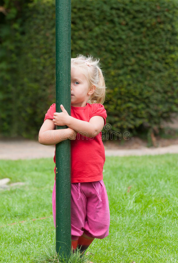 Peekaboo παιχνιδιού μικρών κοριτσιών στοκ φωτογραφία με δικαίωμα ελεύθερης χρήσης