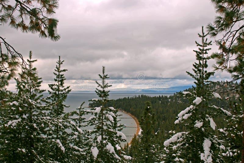 Peekaboo sikt av den södra Lake Tahoe pir från den runda kullen arkivbilder