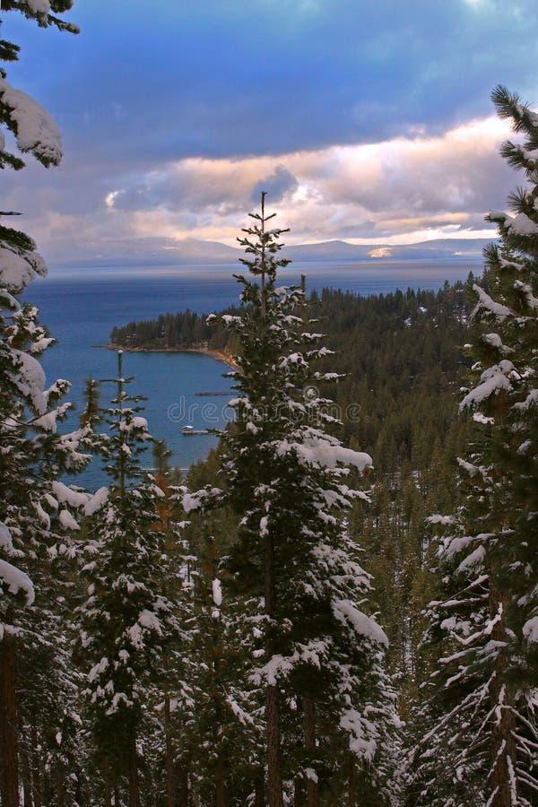 Peekaboo sikt av den södra Lake Tahoe pir från den runda kullen royaltyfri foto