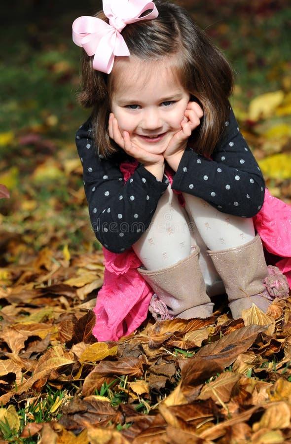 Peekaboo w liściach zdjęcia stock