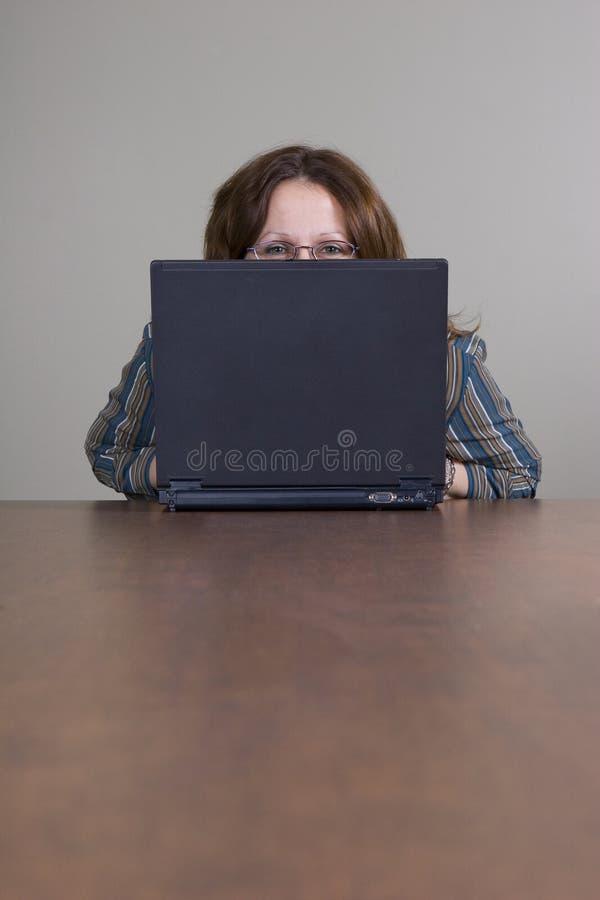 peeking коммерсантки стоковые фото