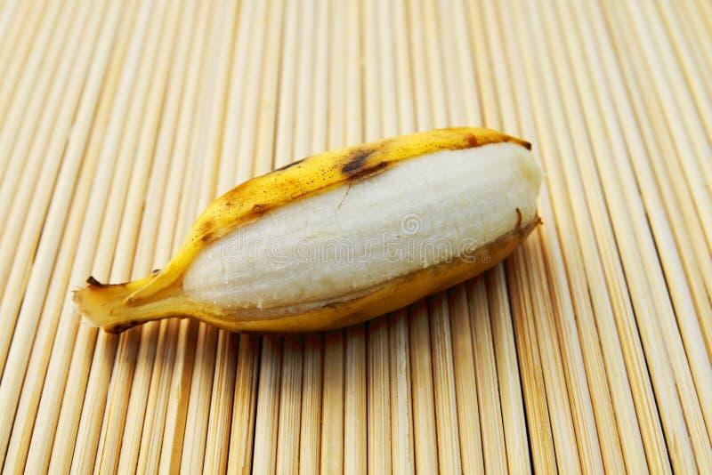 Peel odlade bananen på matt bambu royaltyfria bilder