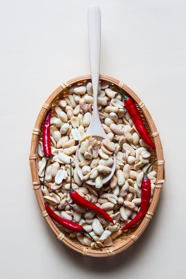 Peeled gesalzene Erdnuss mit glühendem Paprikapfeffer im Weidenkorb stockfotos