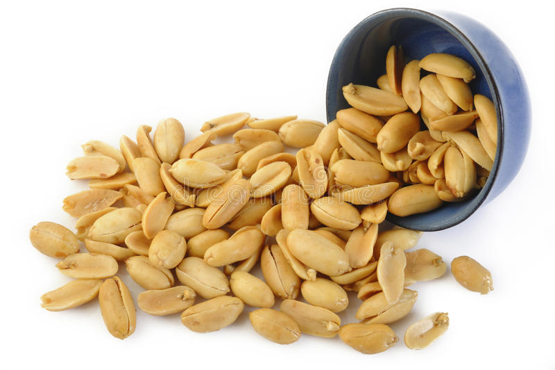 Peeled ha salato le arachidi su bianco fotografia stock