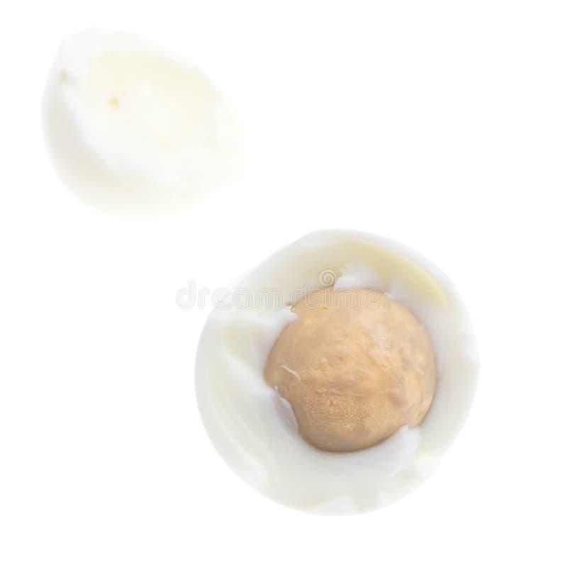 Peeled kokade ägget som isolerades på vit bakgrund arkivbilder