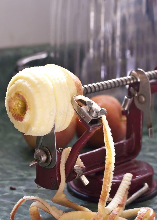 Peeler και Corer της Apple με το μήλο στοκ φωτογραφία με δικαίωμα ελεύθερης χρήσης