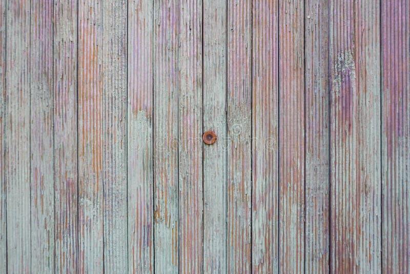 Peephole na cerca velha da cor A textura das placas da turquesa, roxo e alaranjado fotos de stock