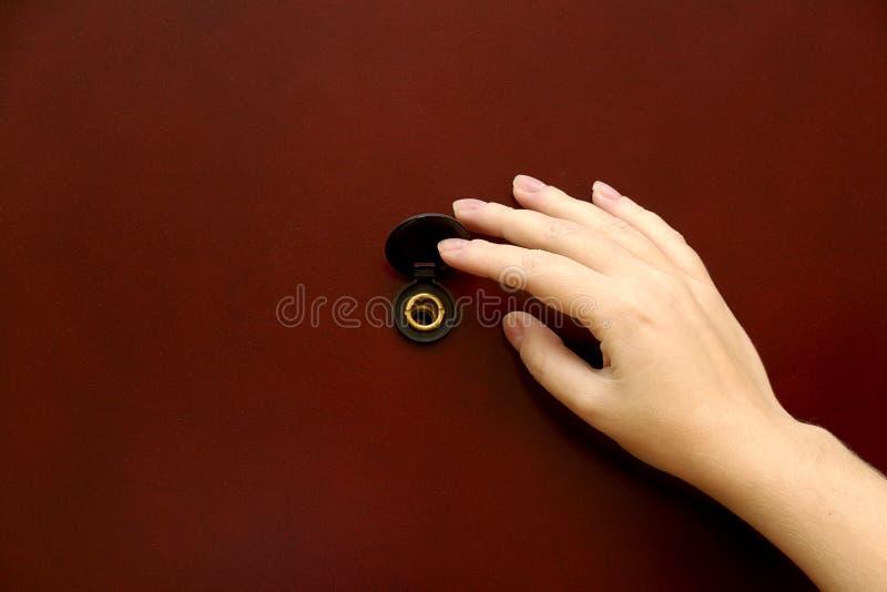 Peepholen med handen royaltyfri bild
