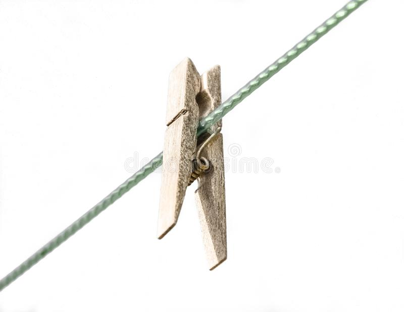 Peg de madeira - Peg antiquado da lavanderia isolado no fundo branco foto de stock