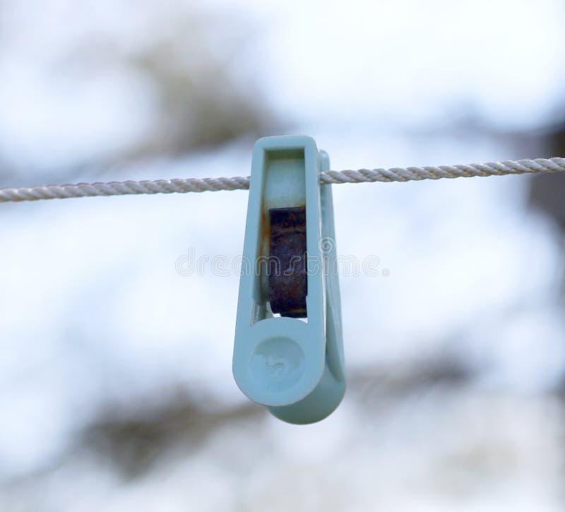 Peg de roupa plástico velho que pendura em uma corda fotografia de stock royalty free