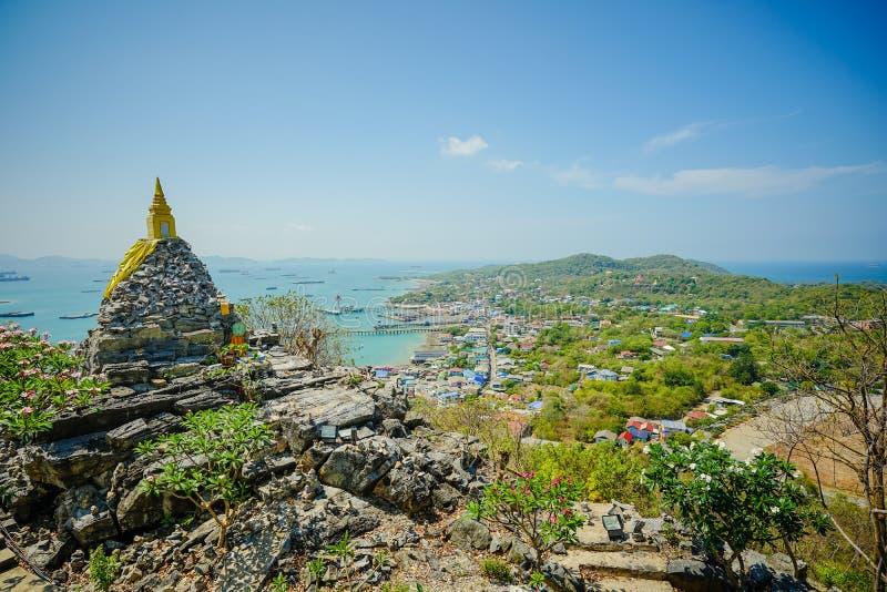 A pegada de buddha do pagode do budismo no monte em Koh Si Chang Island Chonburi, Tailândia imagens de stock
