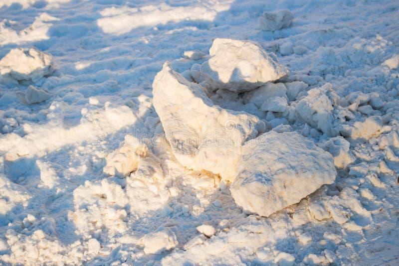 Pegadas da neve e da lama na estrada fotografia de stock