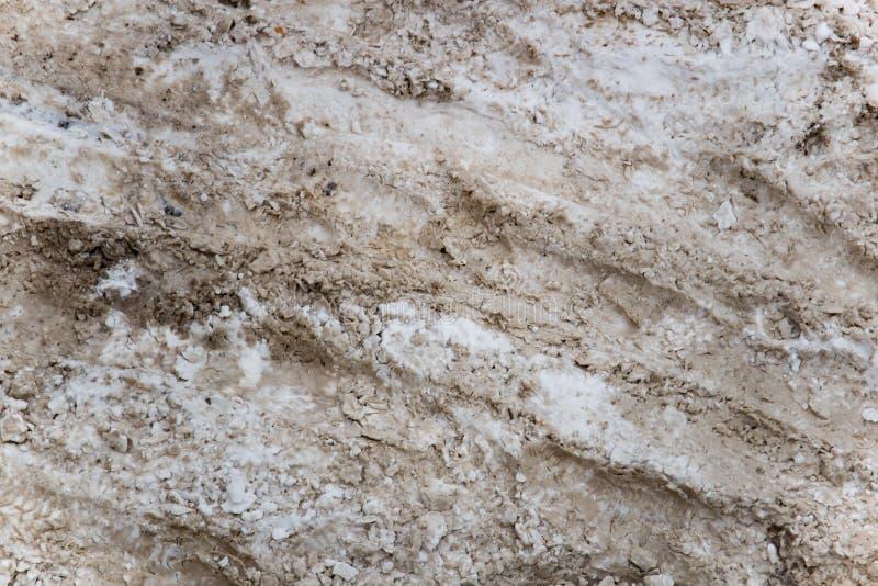 Pegadas da neve e da lama na estrada foto de stock royalty free