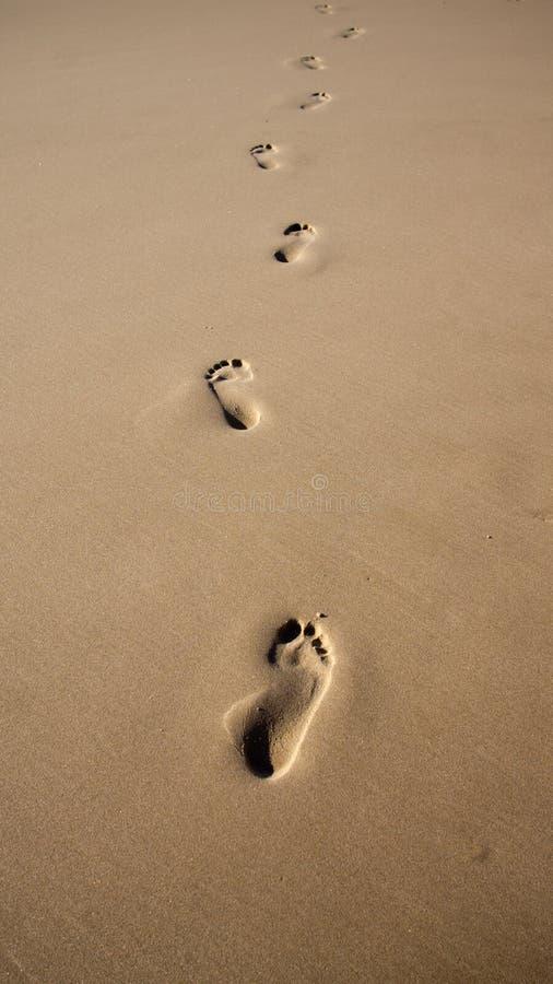 Pegadas na areia imagens de stock