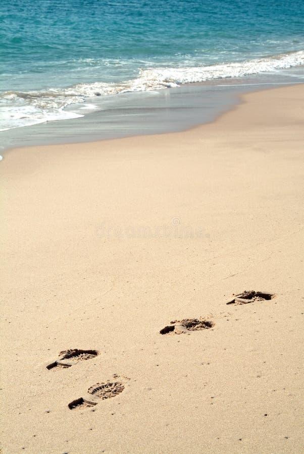Pegadas na areia na praia fotografia de stock