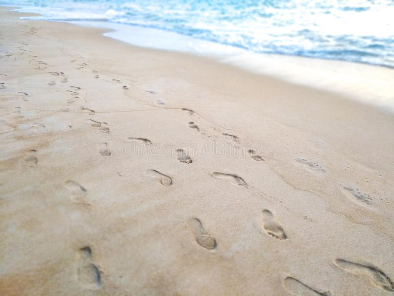 Pegadas na areia na praia foto de stock