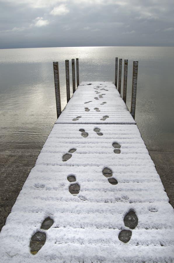 Pegadas na doca na neve fotografia de stock