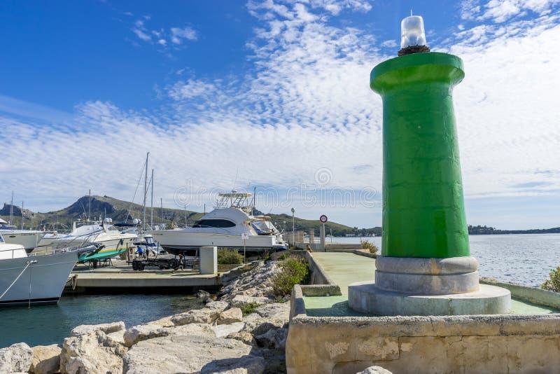 Pegadas na praia da ilha de Ibiza na Espanha, no feriado e na SU imagens de stock