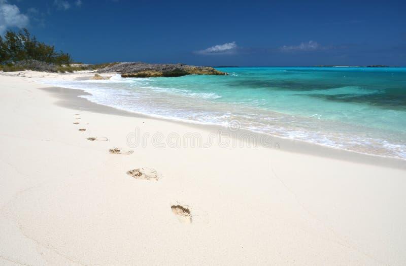 Pegadas na praia do desrt imagem de stock