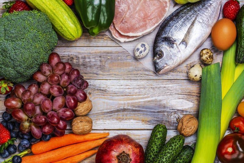 Pegan bantar foods på trätabellen arkivbild
