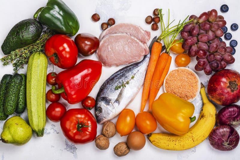 Pegan bantar mat på den vita tabellen royaltyfria bilder