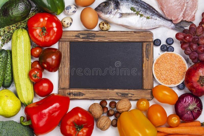 Pegan bantar mat på den vita tabellen arkivbild