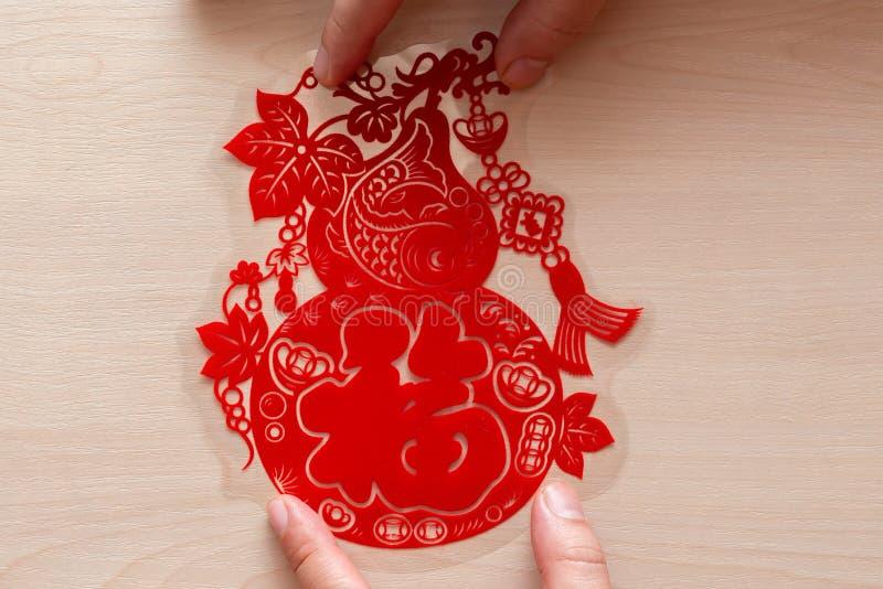 Pegando la etiqueta engomada plana roja mullida del papel-corte como símbolo del Año Nuevo chino la fortuna china de los medios fotos de archivo libres de regalías