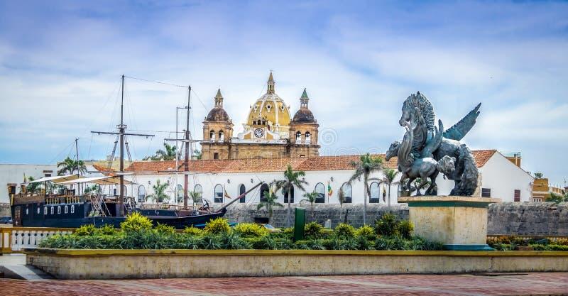 Pegasusstandbeelden, de kerkkoepels van San Pedro Claver en Schip - Cartagena DE Indias, Colombia royalty-vrije stock afbeelding