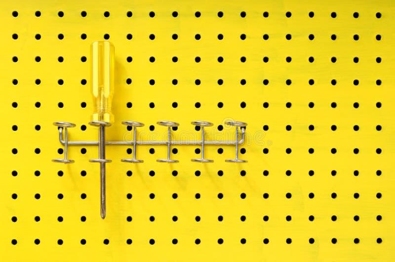 pegboard机架螺丝刀坐黄色 库存照片