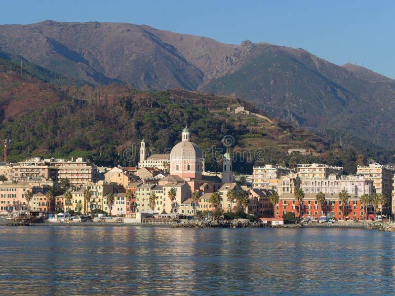 Pegli, район Генуи, типичных зданий отражая в t стоковые изображения