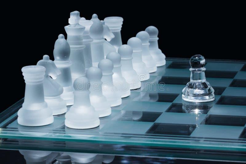 Pegno di scacchi contro tutti fotografie stock libere da diritti
