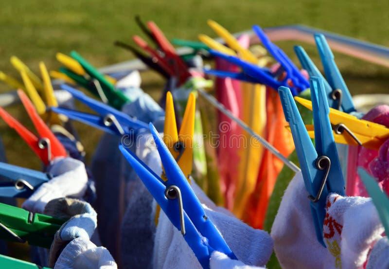Pegs de roupa de lavagem coloridos imagens de stock royalty free