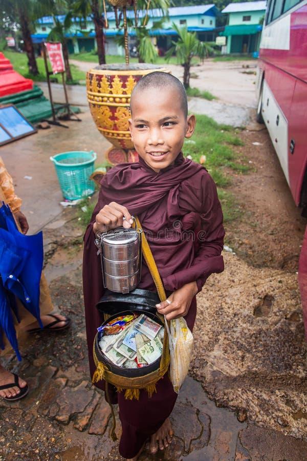 Pegu, Myanmar - 22 giugno 2558: Contenitore buddista dei monaci del principiante uff immagine stock libera da diritti