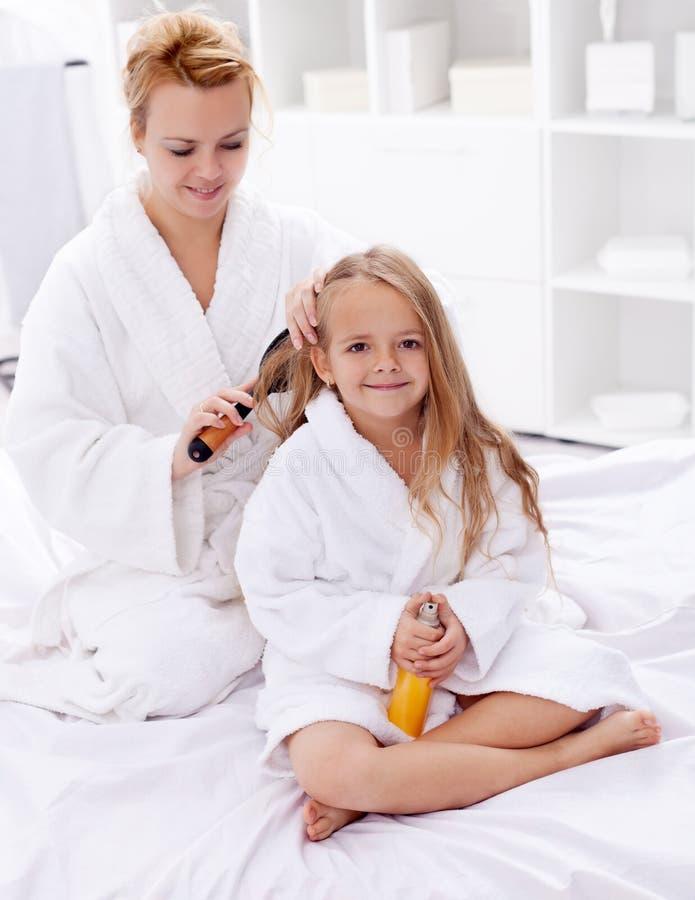 Peignée du cheveu après bain photo stock