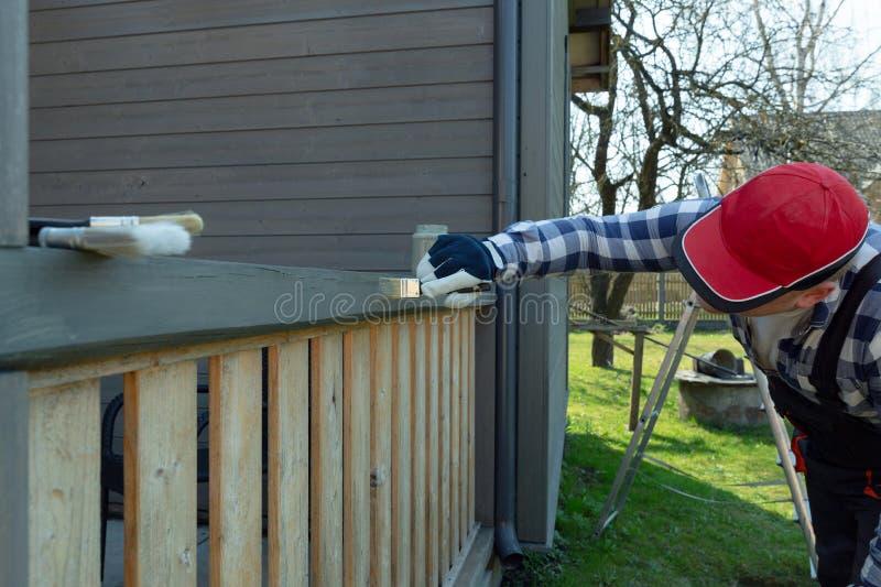 Peignant la terrasse des balustrades, am?lioration de l'habitat, jardin fonctionne images stock