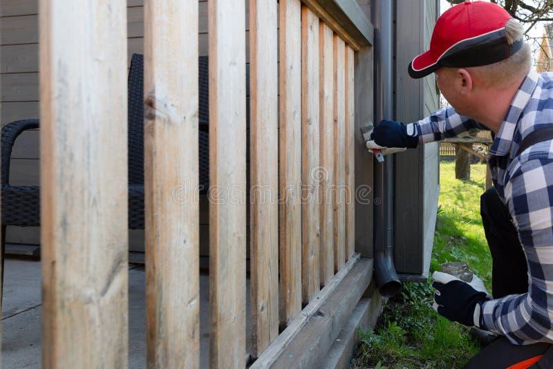 Peignant la terrasse des balustrades, am?lioration de l'habitat, jardin fonctionne photos libres de droits