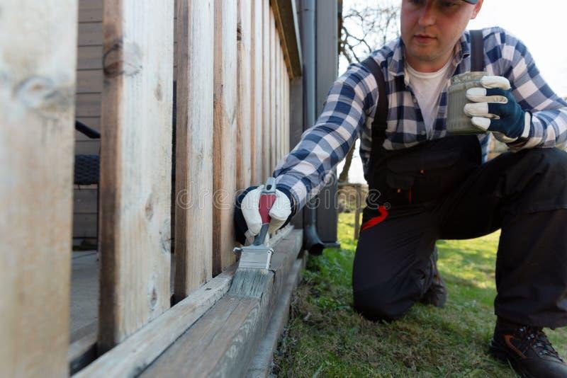 Peignant la terrasse des balustrades, am?lioration de l'habitat, jardin fonctionne images libres de droits