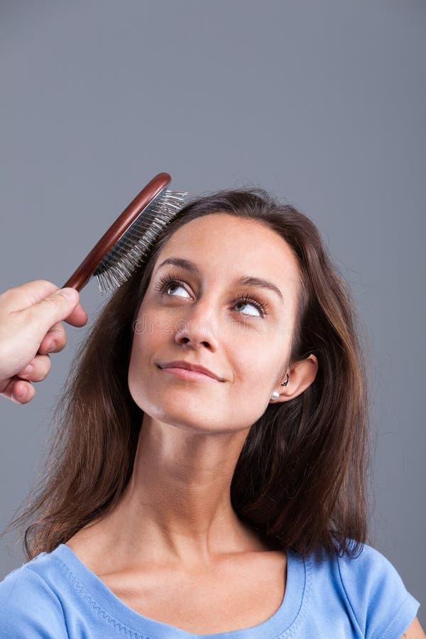 Peigne de femme avec une brosse à cheveux images libres de droits